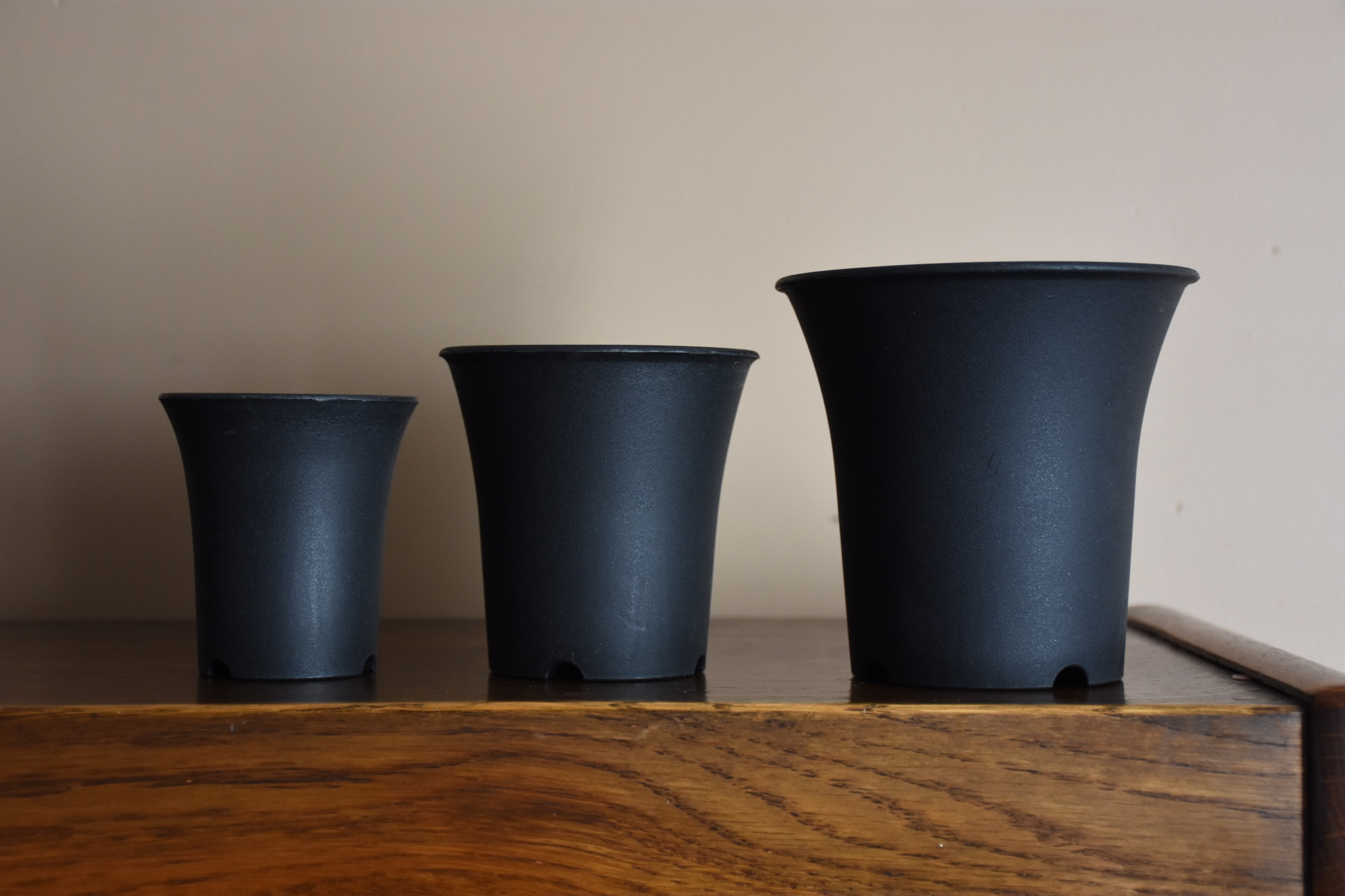 3 black pots